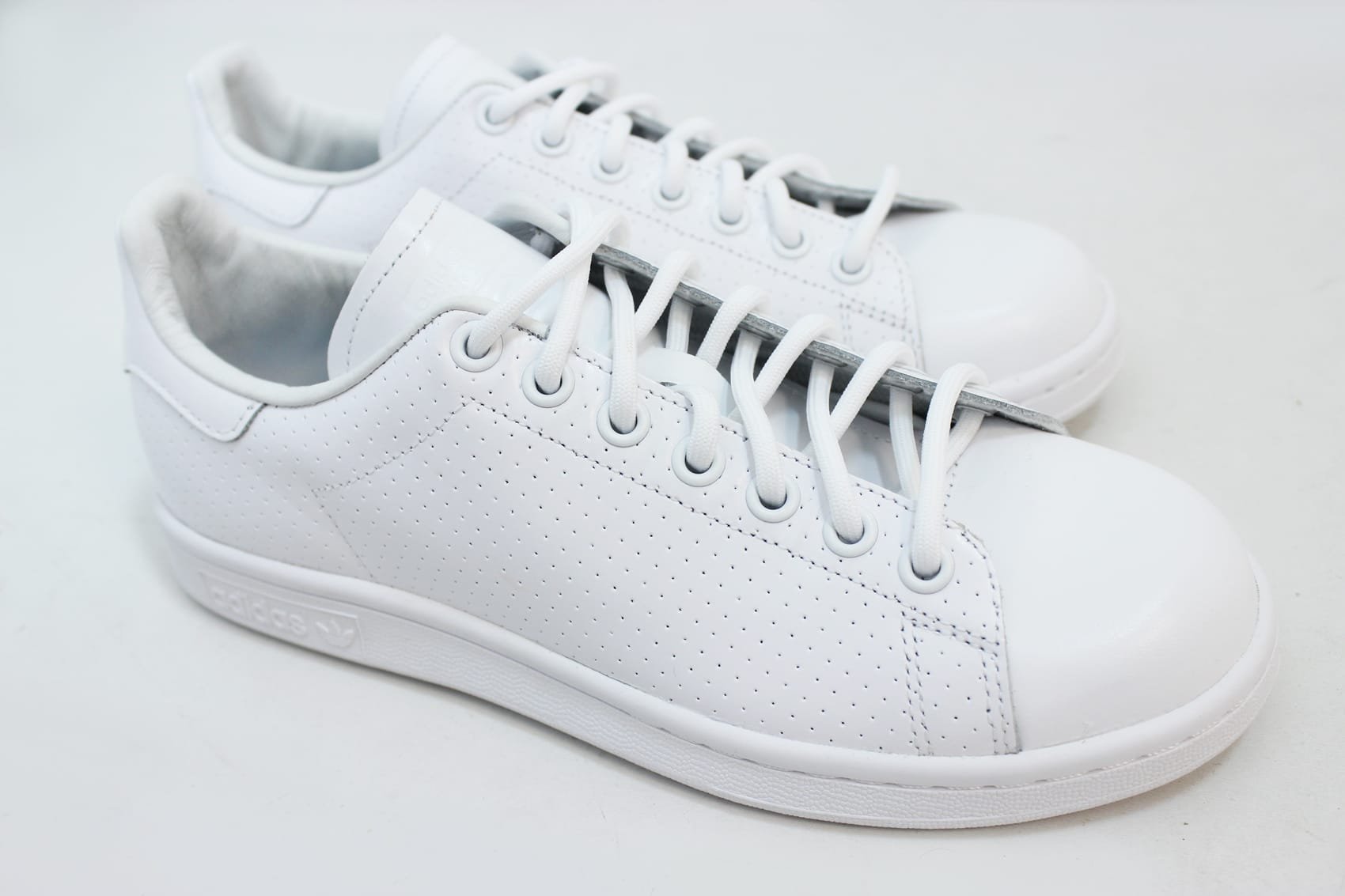 Adidas Stan Smith in White/Green features Side Foot Hole Stripe Pattern,  Leather Upper. Branded Heel Tab. The classic Stan Smith style arrives for  ...